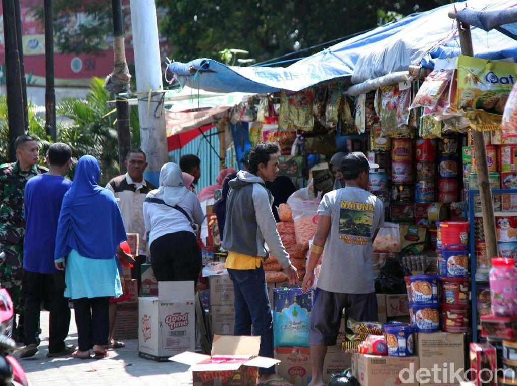 Pasar Kue di Ciracas Diserbu Pembeli Jelang Lebaran