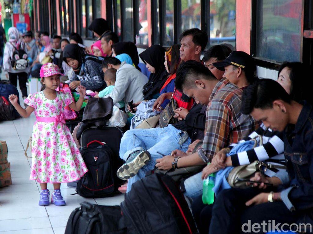 H-5 Lebaran, Pemudik Menyemut di Terminal Kampung Rambutan