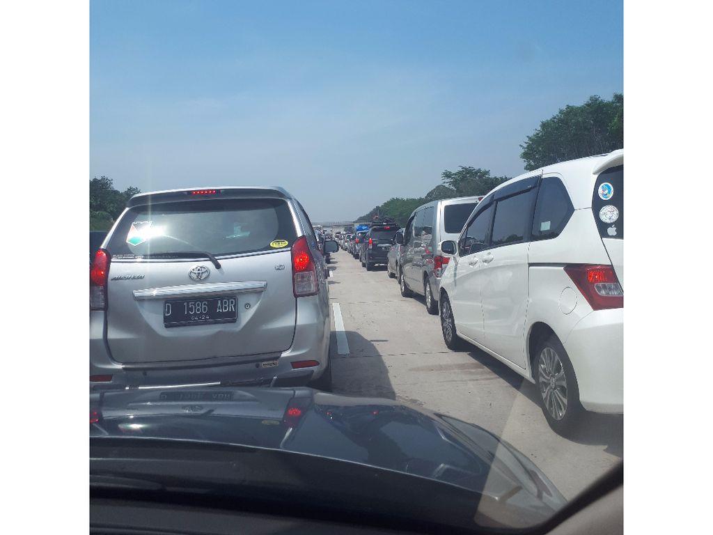 Ada Evakuasi Bus Kecelakaan, Tol Batang Arah Semarang Macet Panjang