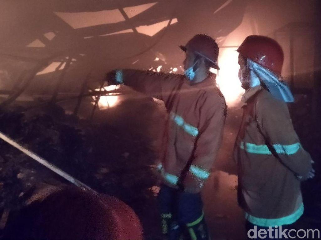 Api yang Membakar Gudang Mainan di Malang Merembet ke Rumah Warga