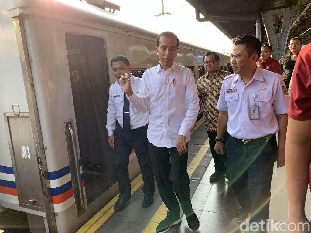 Tinjau Stasiun Pasar Senen, Jokowi Ingat Mudik Naik Kereta Tahun 1986