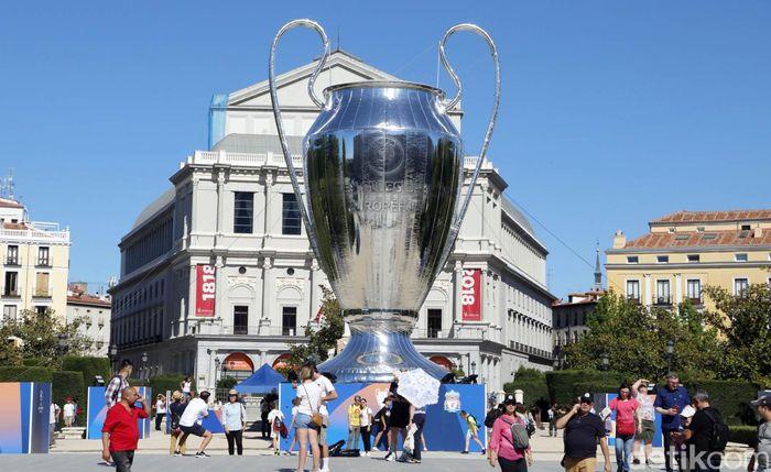 Madrid pun berupaya menjadi tuan rumah yang baik dengan menggelar Champions Festival. Trofi Liga Champions berukuran raksasa pun nampak menghiasi Madrid jelang laga Final Champions antara Liverpool kontra Tottenham Hotspur.