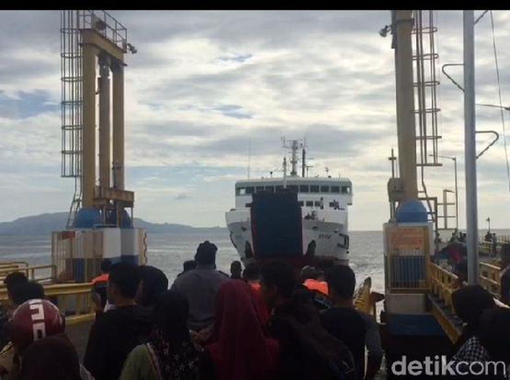 Petugas Cek Kelaikan Pelampung di Kapal Penyeberangan Kolaka-Bone