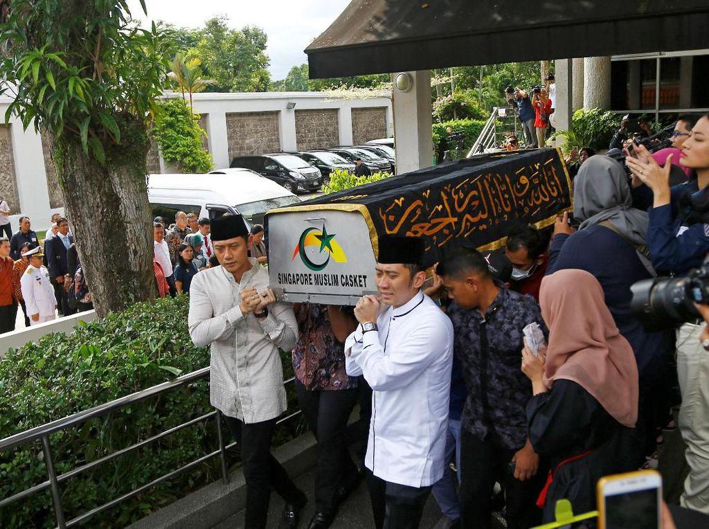 Pesawat yang Membawa Jenazah Ani Yudhoyono Take Off ke Jakarta