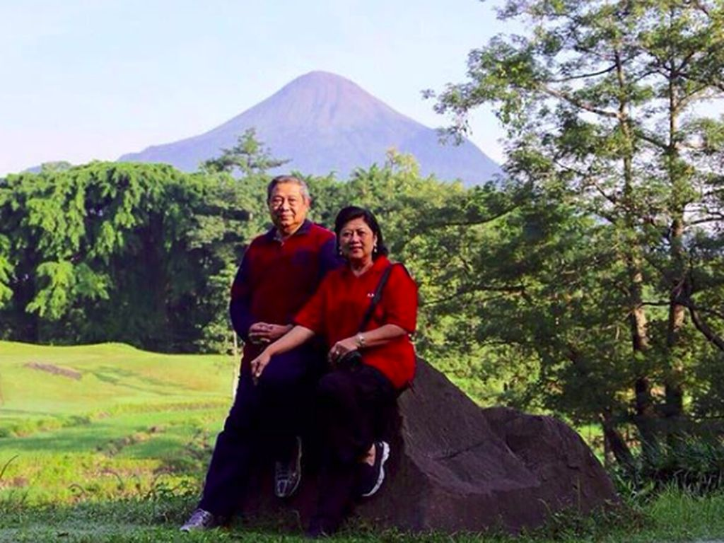 Melihat Kembali Kemesraan Ibu Ani Yudhoyono Bersama Keluarga
