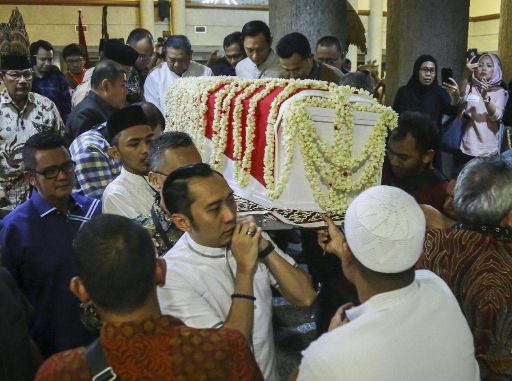 Detik-detik Jenazah Ani Yudhoyono Diterbangkan ke Jakarta
