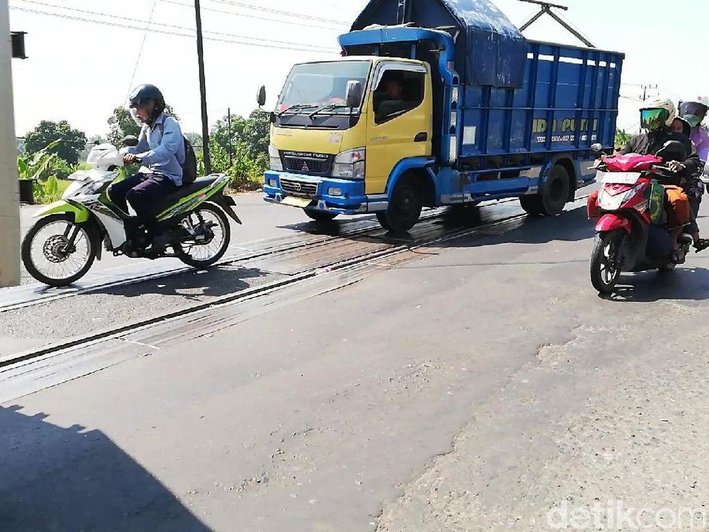 Motor Kerap Jatuh, Pemudik Waspadai Dua Perlintasan KA di Pasuruan