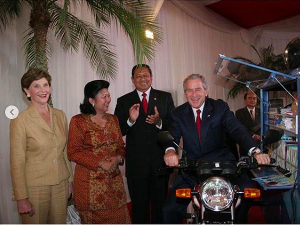 Saat SBY dan Mendiang Ani Yudhoyono Kenalkan Motor Pintar ke George W. Bush