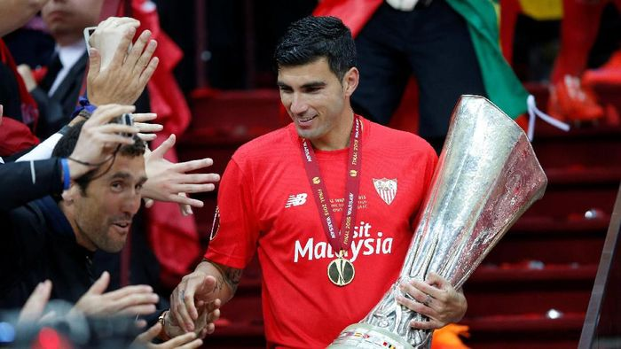 FILE PHOTO: Football - Dnipro Dnipropetrovsk v Sevilla - UEFA Europa League Final - National Stadium, Warsaw, Poland - 14/15 - 27/5/15   Sevillas Jose Antonio Reyes celebrates with the trophy and fans after winning the UEFA Europa League Final   Reuters / Carl Recine/File Photo