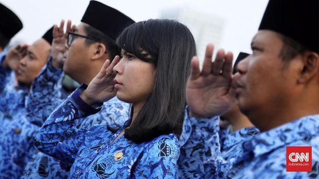 Sejumlah Pegawai negeri sipil (PNS) Pemrov DKI mengikuti upacara Hari Kelahiran Pancasila di Silang Monas, Jakarta, 1 Juni 2019.Pemerintah menginstruksikan seluruh Pegawai Negeri Sipil (PNS) untuk mengikuti upacara tersebut jelang libur panjang dan cuti bersama Hari Raya Idul Fitri.