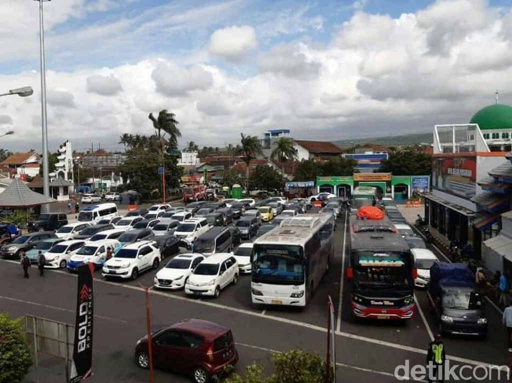 Tak Hanya Pemudik, Arus Libur Lebaran ke Bali Padati Pelabuhan Ketapang