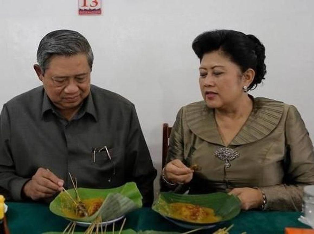 Momen Manis Kemesraan Ani Yudhoyono dan SBY Saat Kulineran