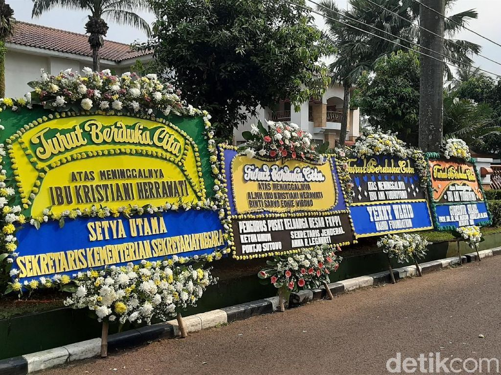 Karangan Bunga Mulai Hiasi Rumah Duka Ani Yudhoyono