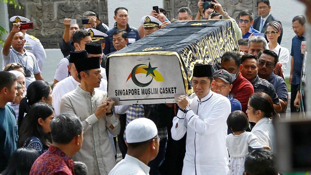 Momen SBY, AHY dan Ibas Tandu Keranda Jenazah Ani Yudhoyono