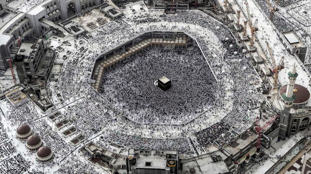 This picture taken on May 31, 2019 from the Mecca Royal Hotel Clock Tower shows an aerial view of Muslim worshippers gathering around the Kaaba, Islam's holiest shrine, at the Grand Mosque in the Saudi holy city, during the holy fasting month of Ramadan. (Photo by BANDAR ALDANDANI / AFP)