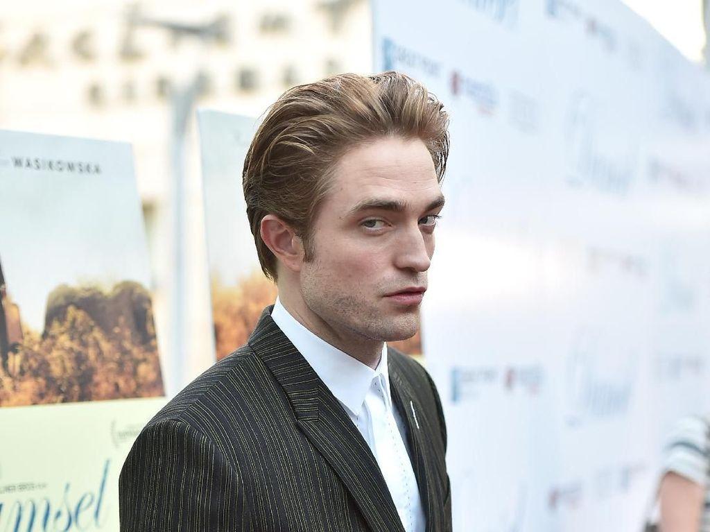 Pakai Jubah Batman, Robert Pattinson Auto Merasa Kuat