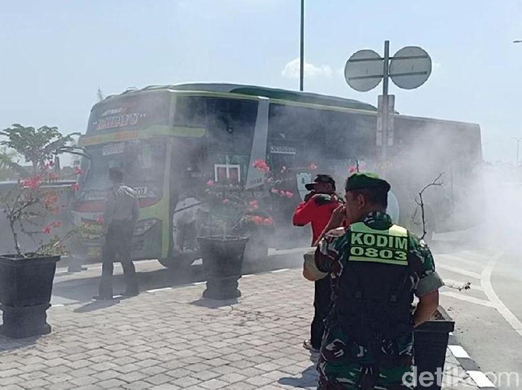 Bus Keluarkan Asap Pekat di Exit Tol Madiun Bikin Panik Petugas Pos Lebaran
