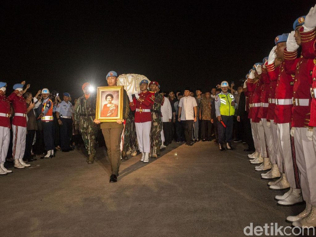 Tiba di Halim, Jenazah Ani Yudhoyono Disambut Upacara Militer