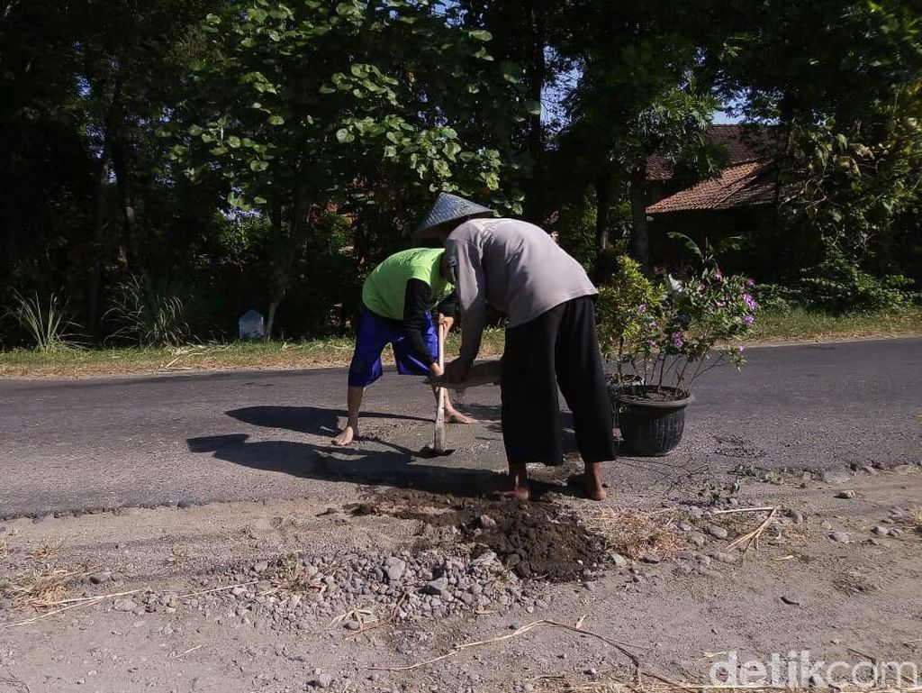 Prihatin Jalan Berlubang di Ponorogo, Warga Inisiatif Tutup dengan Semen