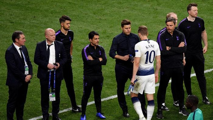 MADRID, SPAIN - JUNE 01: Mauricio Pochettino, Manager of Tottenham Hotspur consoles Harry Kane of Tottenham Hotspur following defeat in the UEFA Champions League Final between Tottenham Hotspur and Liverpool at Estadio Wanda Metropolitano on June 01, 2019 in Madrid, Spain. (Photo by David Ramos/Getty Images)