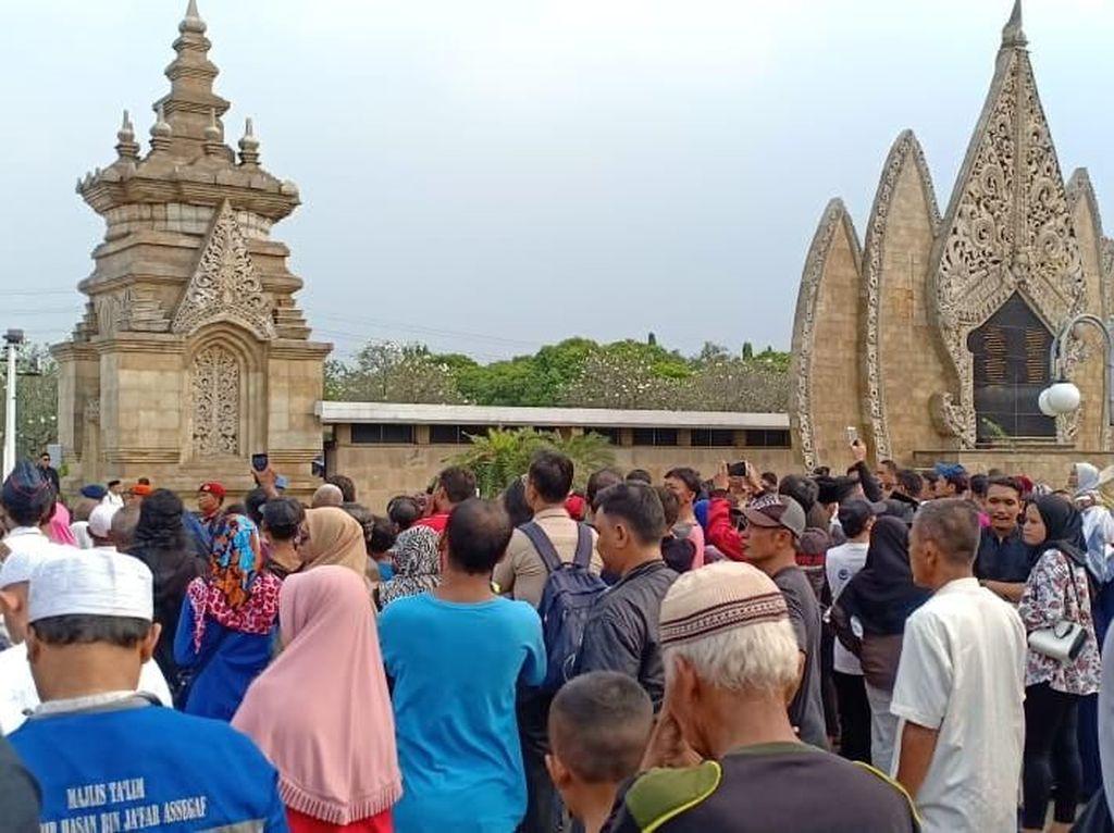 Ani Yudhoyono Dimakamkan, Masyarakat Padati Halaman TMP Kalibata