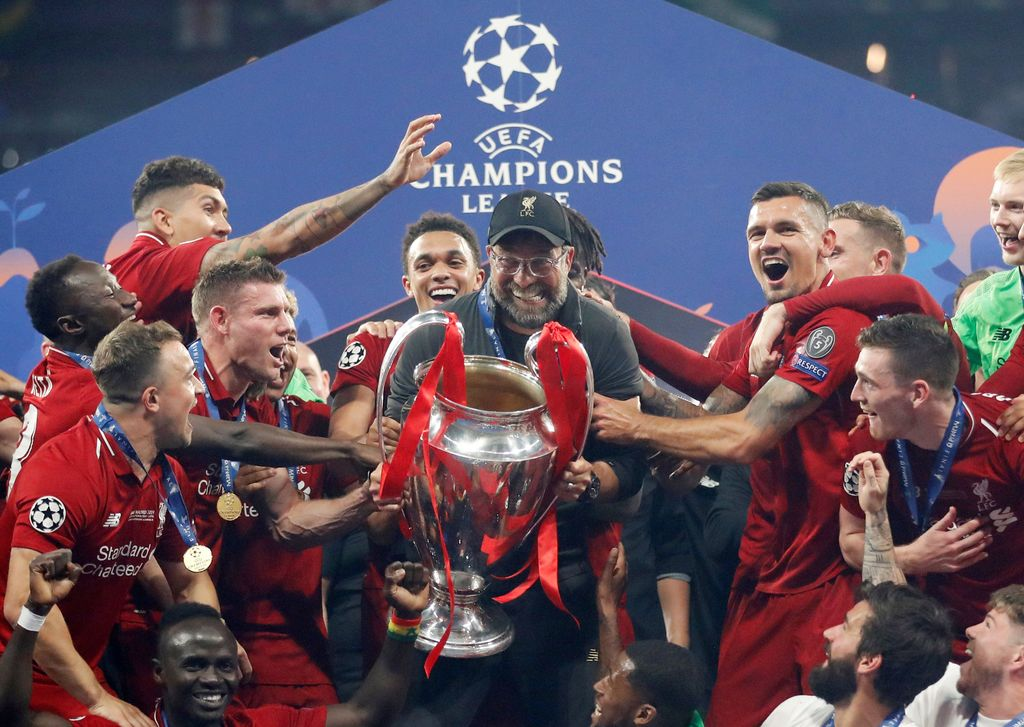 Soccer Football - Champions League Final - Tottenham Hotspur v Liverpool - Wanda Metropolitano, Madrid, Spain - June 1, 2019  Liverpool manager Juergen Klopp celebrates with the trophy and his players after winning the Champions League Final  REUTERS/Carl Recine     TPX IMAGES OF THE DAY
