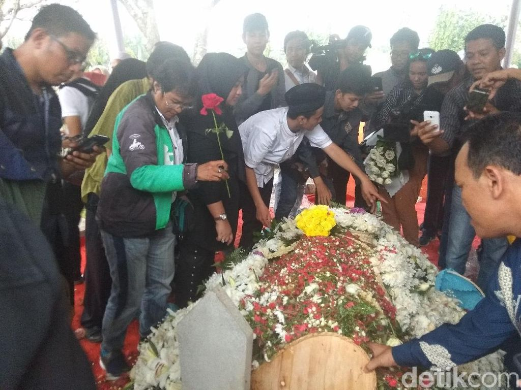 Warga Ramai-ramai Tabur Bunga di Makam Ani Yudhoyono