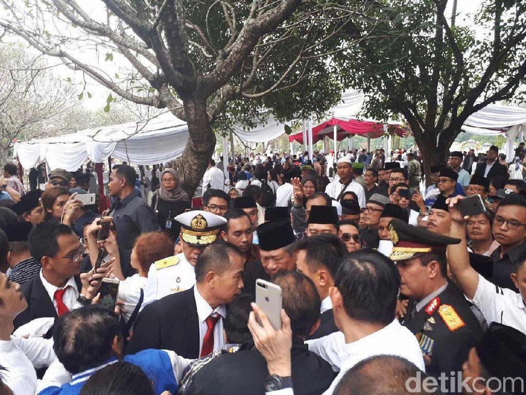 Warga Rebutan Salaman dengan SBY Usai Pemakaman Ani Yudhoyono