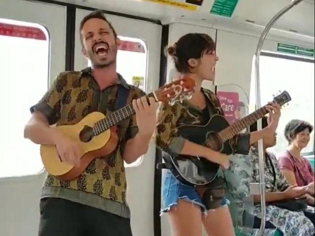 Ngamen di MRT dan Minta Donasi, Aksi Turis Ini Bikin Netizen Kesal