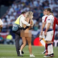 Sukses Menyusup Pertandingan Liga Champions, Model Seksi Ini Untung Rp 68 M