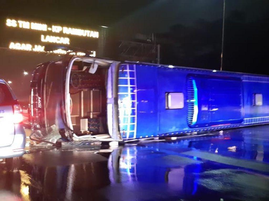 Bus Terguling di Tol Jagorawi, 9 Orang Terluka