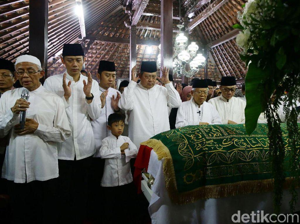 Potret Maruf Amin Imami Salat Jenazah Ani Yudhoyono di Cikeas