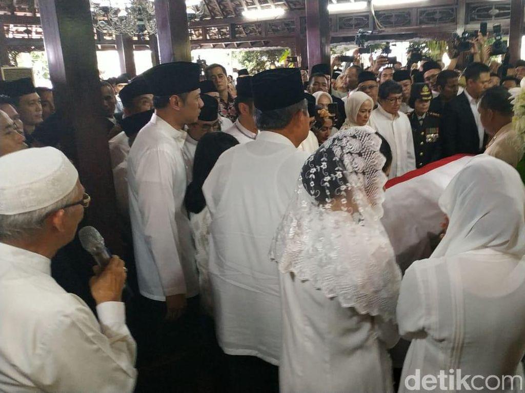 SBY Terus Menangis Jelang Pemakaman Ani Yudhoyono