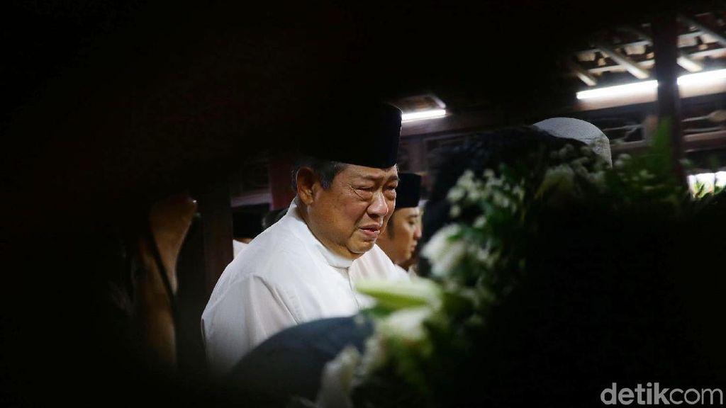 Momen Jenazah Ani Yudhoyono Disemayamkan, SBY Tak Kuasa Menahan Air Mata