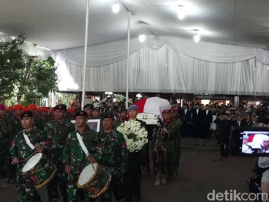 Dilepas Secara Militer, Jenazah Ani Yudhoyono Dibawa ke TMP Kalibata