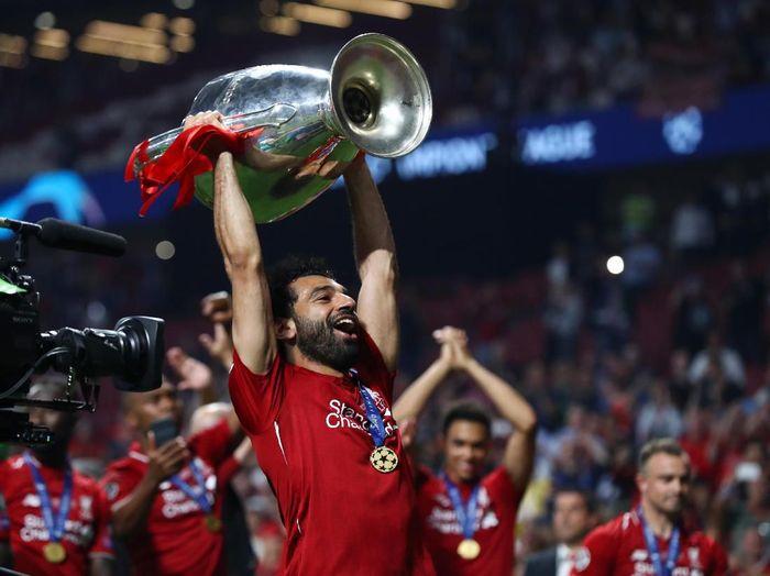 Mohamed Salah mengangkat trofi Liga Champions bersama Liverpool. (Foto: Clive Rose/Getty Images)