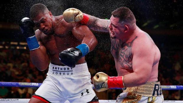 Andy Ruiz Jr. (kanan) beberapa kali membuat Anthony Joshua terjatuh di ring.