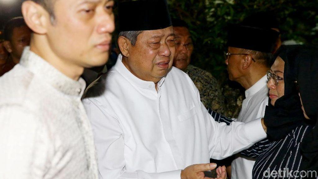 Tangis dan Haru Sambut Kedatangan Jenazah Ani Yudhoyono di Cikeas