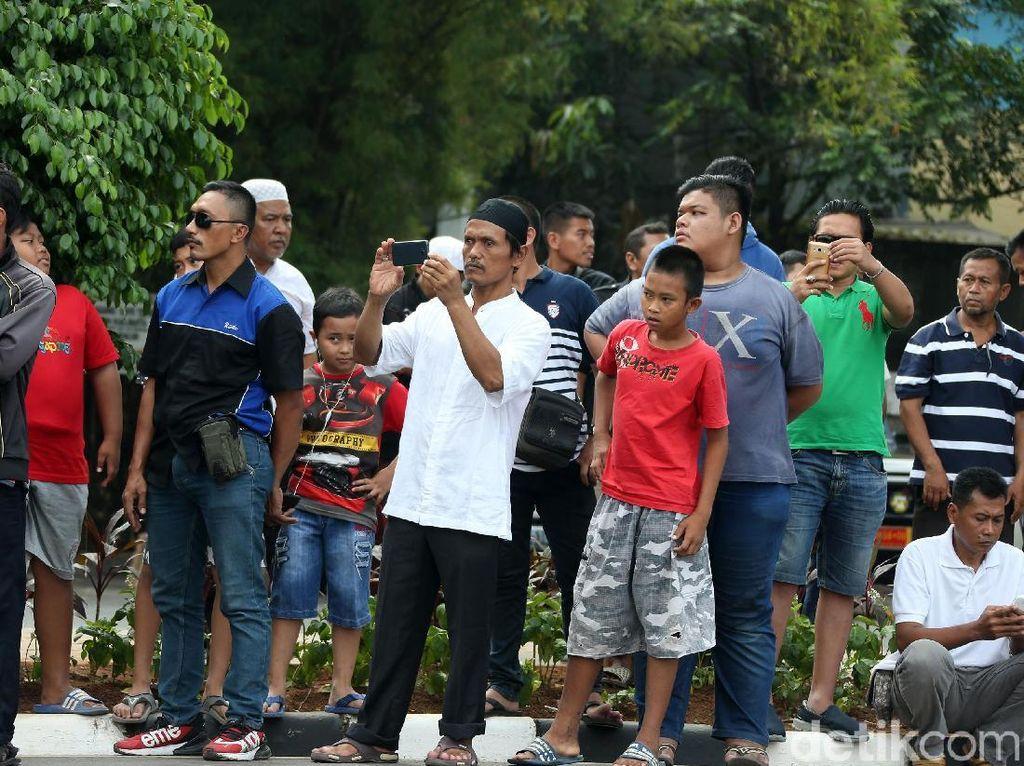 Warga Penuhi TMP Kalibata untuk Saksikan Pemakaman Ani Yudhoyono