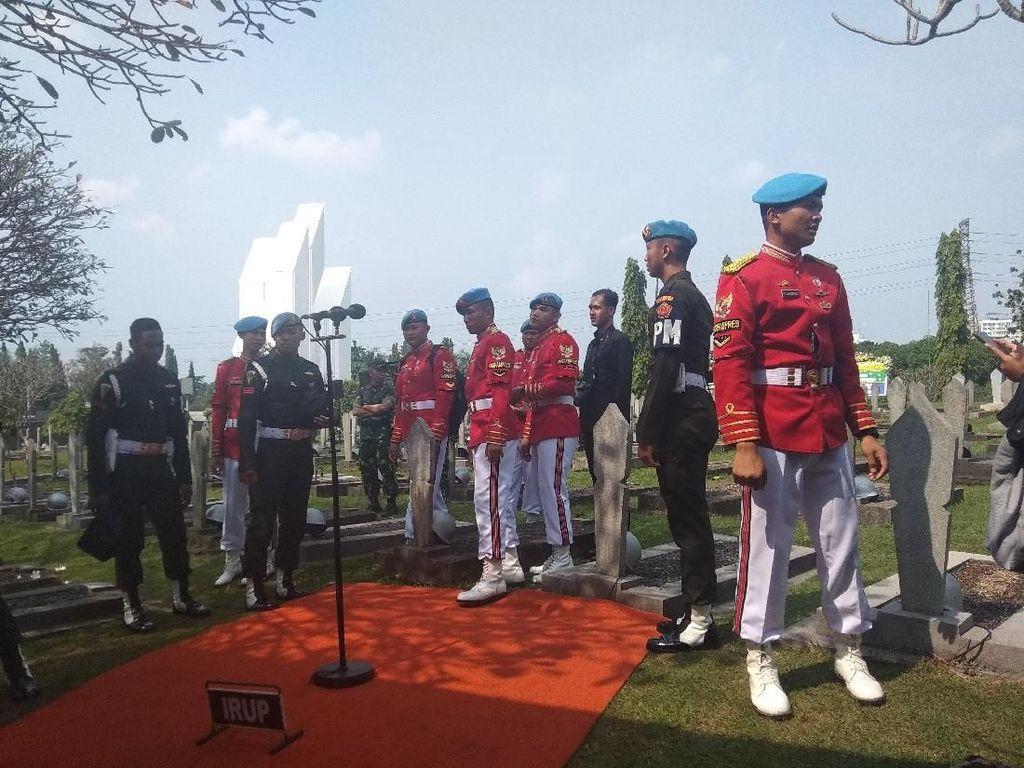 Petugas Paspampres Gelar Geladi Resik Pemakaman Ani Yudhoyono