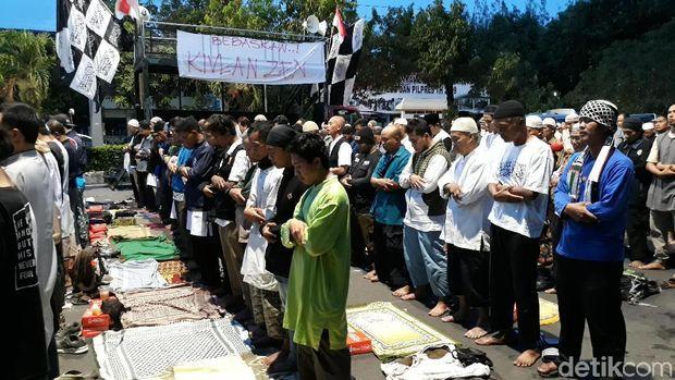 Peserta aksi salat jamaah di depan Mapolresta Surakarta.