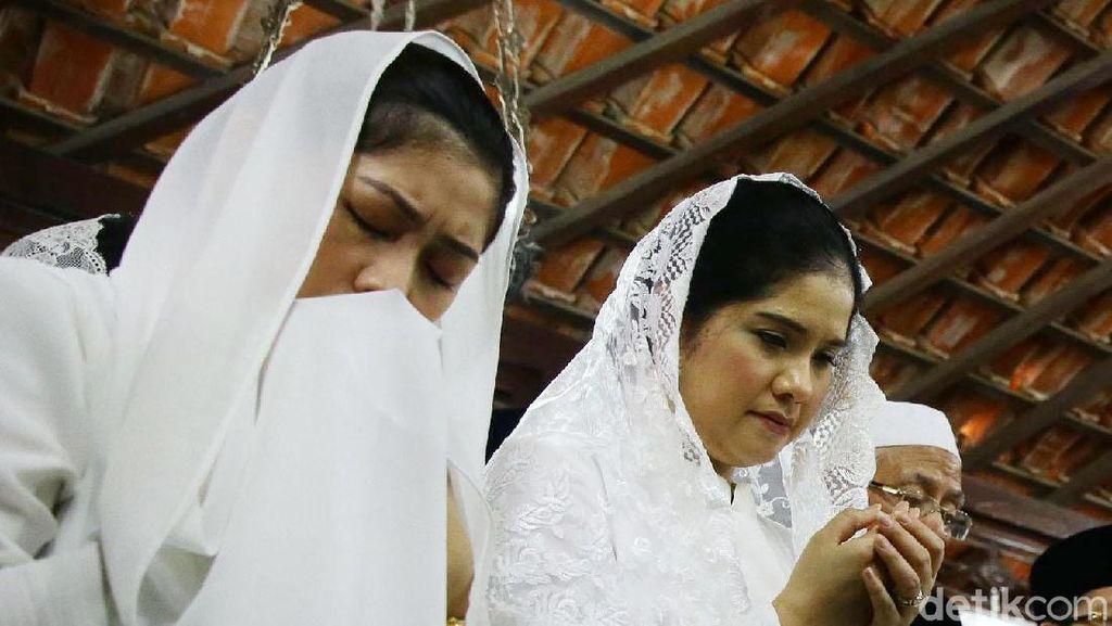 Ekspresi Annisa Pohan dan Aliya Rajasa Saat Doakan Ani Yudhoyono