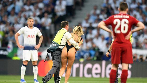 Penyusup Berbikini di Final Liga Champions
