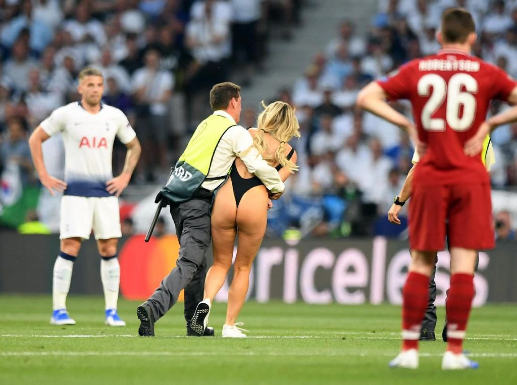 Detik-detik Wanita Berbikini Menyusup di Final Liga Champions
