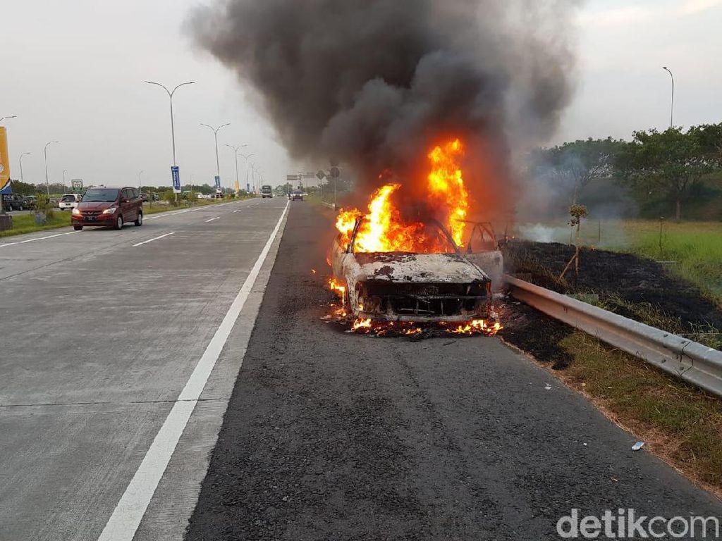 Mobil Pemudik Terbakar di Tol Mojokerto, Satu Keluarga Asal Kediri Selamat