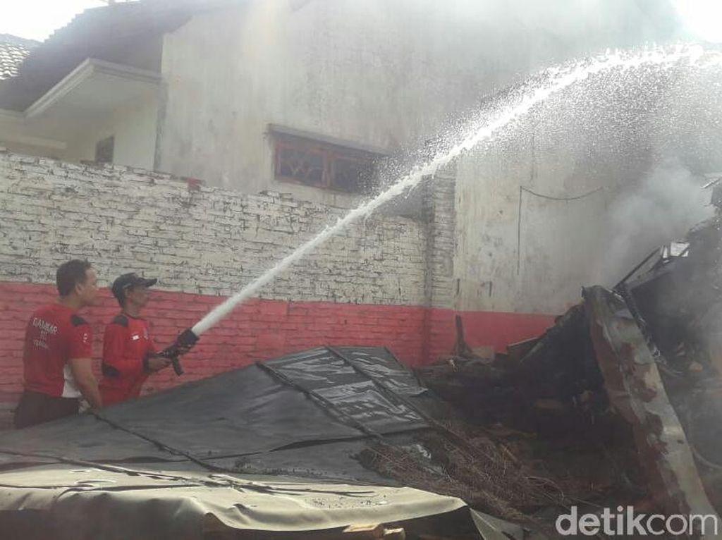 Bakar Tumpukan Sampah, Sebuah Rumah di Situbondo Hangus Terbakar