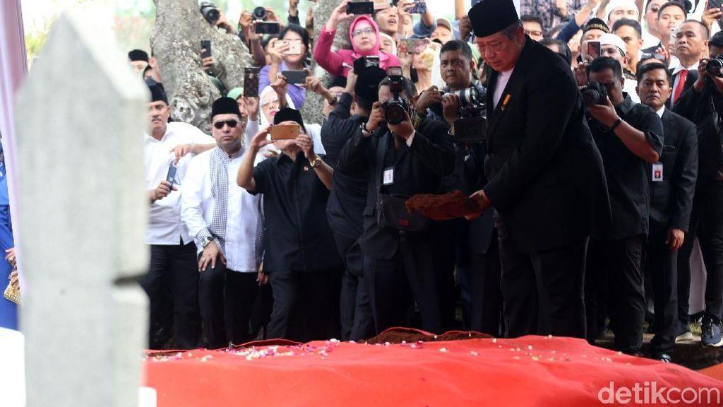 Detik-detik Pemakaman Ani Yudhoyono di TMP Kalibata