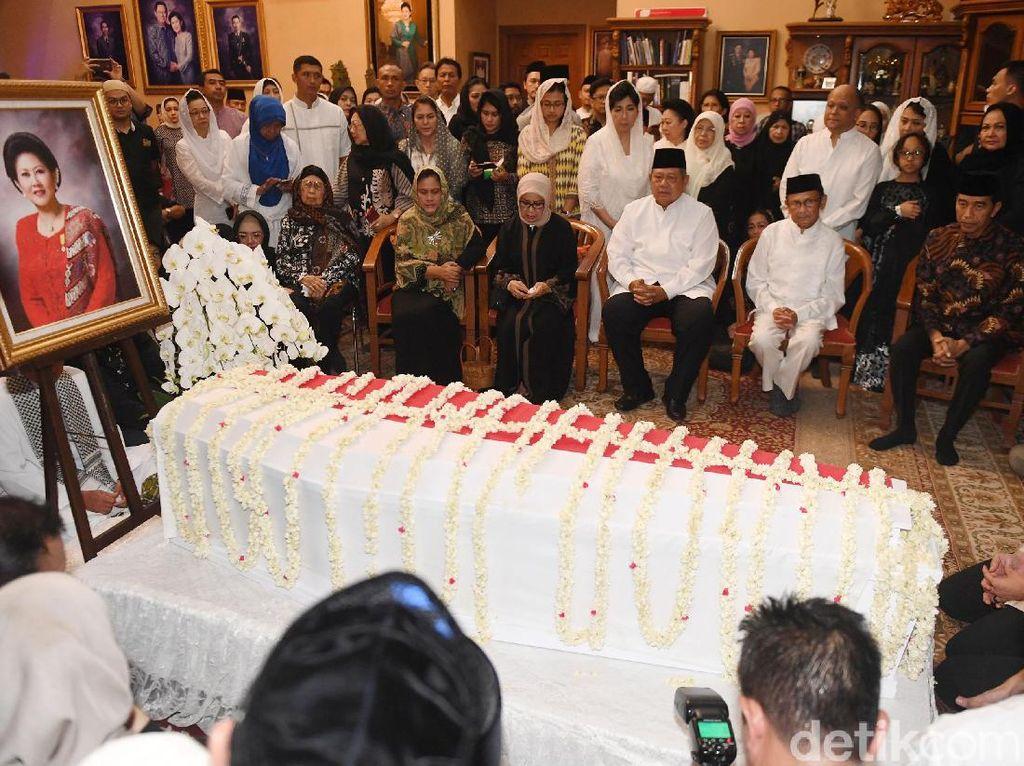 Potret Jokowi-Habibie Melayat ke Rumah Duka Cikeas