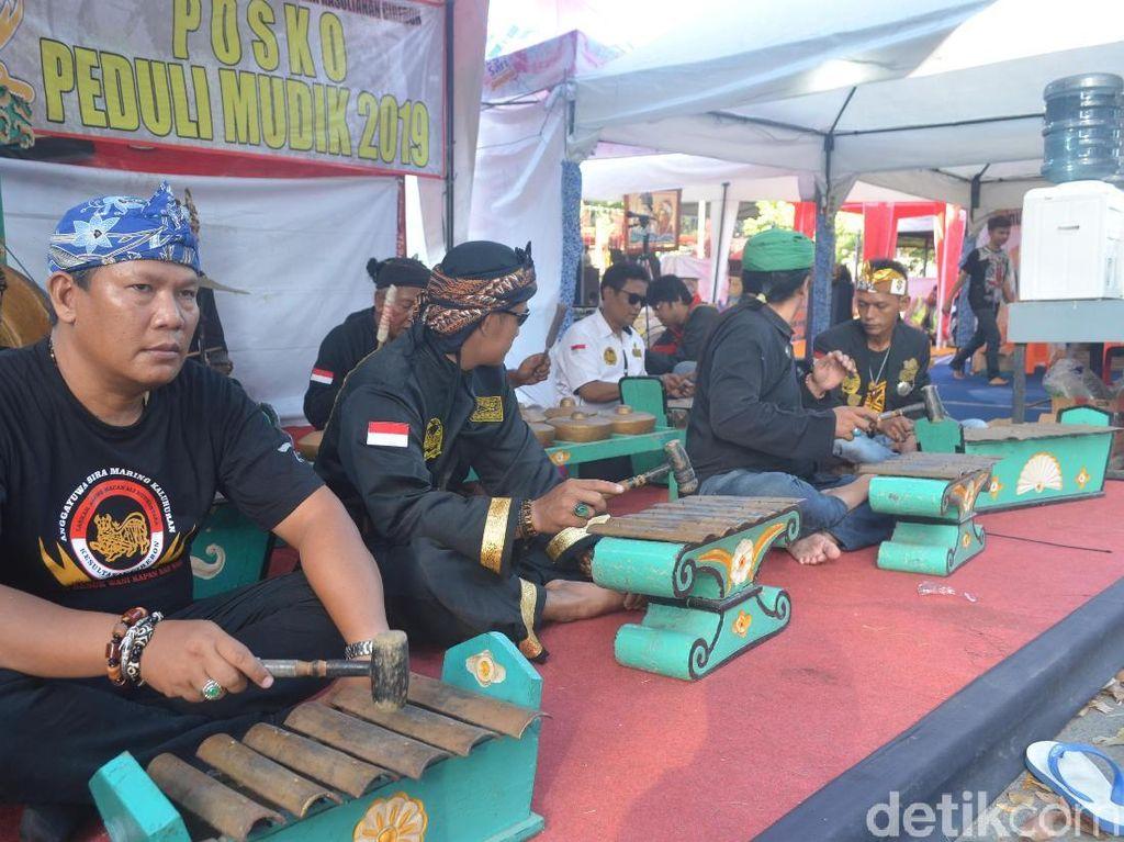 Macan Ali Kesultanan Cirebon Manjakan Pemudik dengan Alunan Gamelan