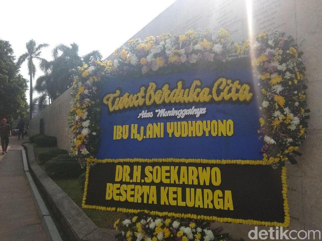 Karangan Bunga untuk Ani Yudhoyono Berderet di Taman Makam Pahlawan